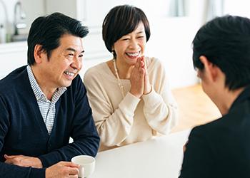 写真:保険の相談をする夫婦