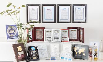 写真:多数の賞状やトロフィー